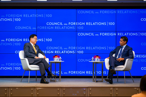 Foreign Minister Chung Eui-yong, left, is interviewed by Fareed Zakaria, a CNN host and political commentator, about the Moon Jae-in administration's diplomacy at the Council on Foreign Relations in the United States, Sept. 22. [MINISTRY OF FOREIGN AFFAIRS]