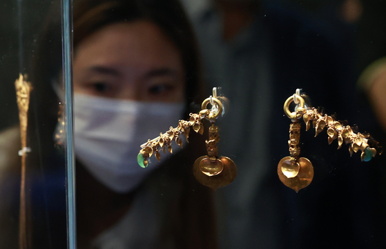 King Muryeong's heart-shaped gold earrings are on display at the Gongju National Museum in Gongju, South Chungcheong. [YONHAP]