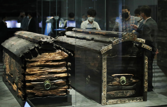 The wooden coffins of King Muryeong, right, and his queen. They were discovered inside King Muryeong's tomb in 1971. [NEWS1]