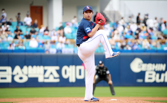 Samsung Lions starter Choi Chae-heung throws a pitch against the NC Dinos at Samsung Lions Park in Daegu on Sunday. [YONHAP]