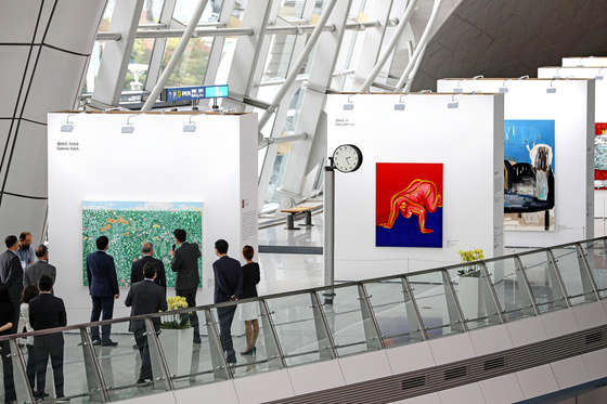 The Korea International Art Fair begins a special exhibition of 20 paintings at the Air Traffic Center of Incheon International Airport on Monday. [NEWS1]