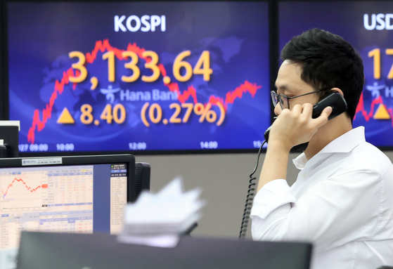 A screen in the Hana Bank's trading room in central Seoul shows the Kospi closing at 3,133.64 points on Monday, up 8.4 points, or 0.27 percent, from the previous trading day. [YONHAP]