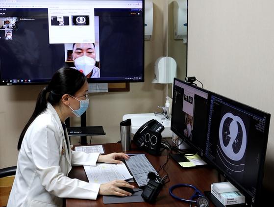 Kim A-reum, the director of the International Healthcare Center at Inha University Hospital, meets with a patient. [INHA UNIVERSITY HOSPITAL]