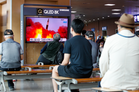 South Koreans watch news on North Korea's latest short-range missile launch at Seoul Station, central Seoul, Tuesday morning. [NEWS1]