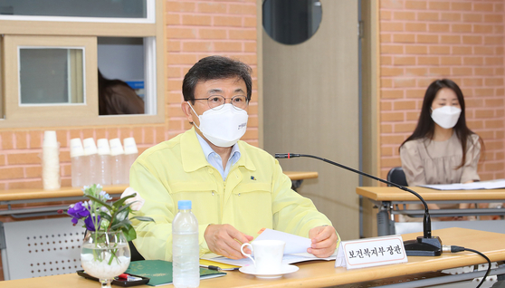 Health Minister Kwon Deok-cheol in a meeting in this file photo dated Sept. 17. [YONHAP]