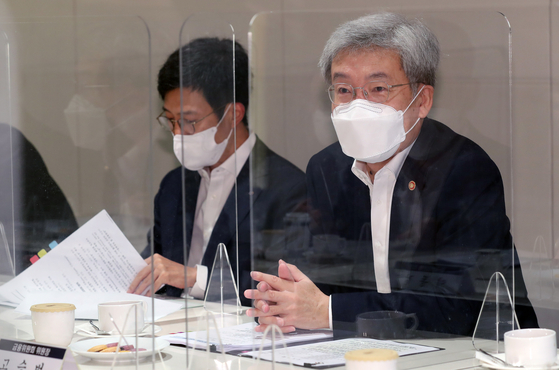 Koh Seung-beom, chairman of the Financial Services Commission (FSC), talks with the heads of financial regulators on Tuesday during a meeting held at the Korea Federation of Banks in central Seoul. [NEWS1]