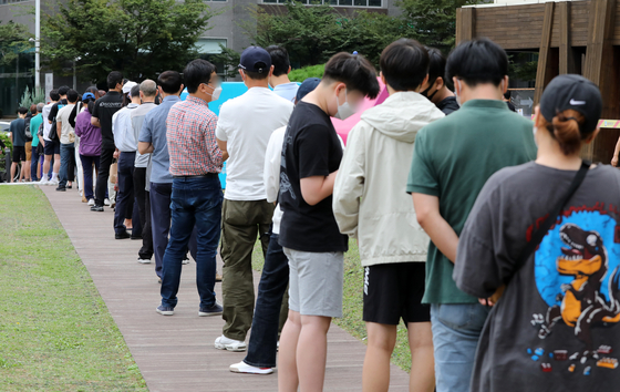 People wait to get tested for Covid-19 at a public health center in Songpa District, eastern Seoul, on Monday. [NEWS1]
