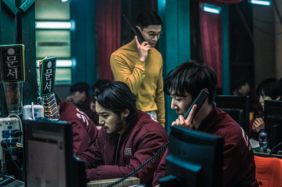 Kwak's choice of attire particularly stands out from the rest of the workers wearing maroon uniforms. [CJ ENM]