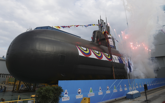 The Navy submarine Shin Chae-ho, the latest in the 3,000-ton Jangbogo-III Batch-I vessel class, is launched at the shipyard of Hyundai Heavy Industries in Ulsan, southeastern Korea, on Tuesday afternoon. [NEWS1]