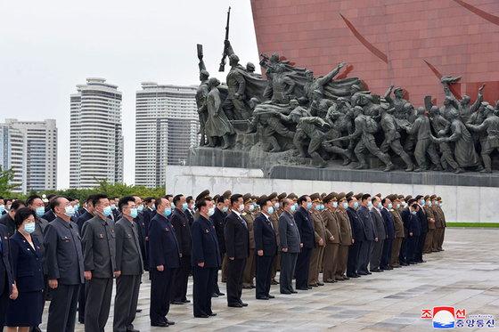 Officials of North Korea's Supreme People's Assembly, its rubber-stamp legislature which convened Tuesday, visit Mansudae Hill in Pyongyang Monday in an image released by the official Korean Central News Agency. Pyongyang launched a short-range missile Tuesday morning. [YONHAP]