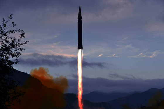 A photo of the Tuesday launch of Hwasong-8, North Korea's new hypersonic missile, released by Rodong Shinmun, the ruling Workers' Party's official newspaper, on Wednesday. [NEWS1]