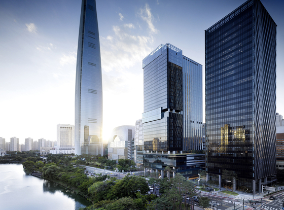 The new Sofitel Ambassador Seouol, center, opens Thursday beside Seokchon Lake in Songpa District, southern Seoul, steps away from the five-star Signiel Seoul, left. [SOFITEL AMBASSADOR SEOUL]