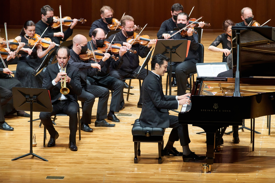 Pianist Cho Jae-hyuck and trumpeter Alexandre Barty performs Shostakovich's Piano Concerto No. 1 in C minor, Op. 35 with the Moscow Soloists at the Seoul Arts Center on Saturday. [KIM YOUNG-SEON]