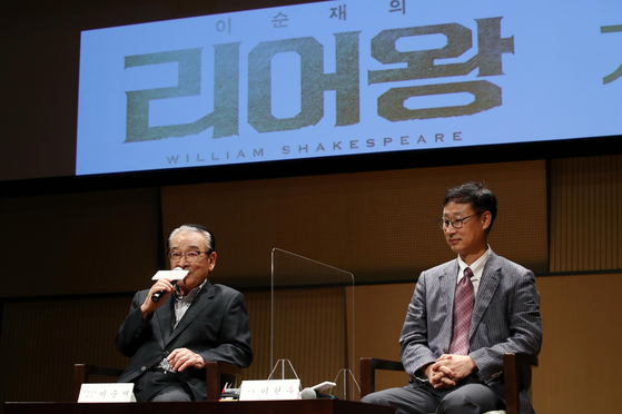 """Actor Lee, left, speaks during the press conference of """"King Lear"""" last week at the Seoul Arts Center in southern Seoul. Director Lee Hyun-woo also attended the event. [NEWS1]"""