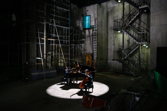 """Cellist Yang Seong-won and pianist Hong So-yu film """"Winter,"""" one part of the """"Mapo Four Seasons"""" project in the Mapo Art Center in western Seoul. [MAPO CULTURAL FOUNDATION]"""