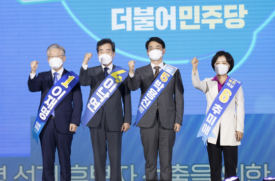 """The contenders for the ruling Democratic Party's presidential nomination pose together at a party primary event in Songdo, Incheon on Sunday. From left: Lee Jae-myung, Lee Nak-yon, Park Yong-jin and Choo Mi-ae. Gyeonggi Gov. Lee Jae-myung widened his lead in the DP's presidential primary race on Sunday by winning a majority of votes in the second """"super week"""" with 58.17 percent of the votes cast, trailed by former Prime Minister Lee Nak-yon at 33.48 percent. [YONHAP]"""