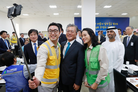 President Moon Jae-in meeting with the Korean workers at the site of the Barakah plant on March 26, 2018. [JOINT PRESS CORPS]