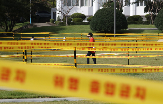 The lawn of Chonnam National University in Gwangju is taped off on Monday to restrict people from using it, in a move to prevent the spread of Covid-19. [YONHAP]
