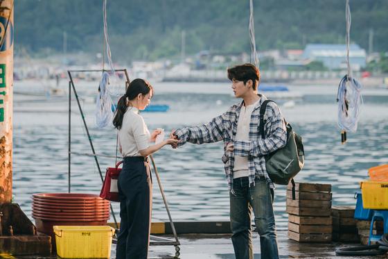 A scene from tvN's ″Hometown Cha-Cha-Cha″ shows actor Shin Min-a, left, and Kim Seon-ho. [STUDIO DRAGON]