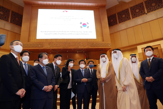 National Assembly Speaker Park Byeong-seug, center, with Speaker of the Federal National Council Saqr Ghobash Al Marri, third from right, at the FNC in the U.A.E. on Feb. 11, during Park's visit. [YONHAP]