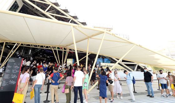 Visitors wait in line in front of the Korea Pavilion on Oct. 1. [KOREA TRADE-INVESTMENT PROMOTION AGENCY]