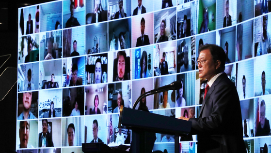 President Moon Jae-in delivers a speech at a ceremony commemorating the 15th World Korean Day at the Grand Walkerhill Hotel in Gwangjin District, eastern Seoul, Tuesday. [JOINT PRESS CORPS]