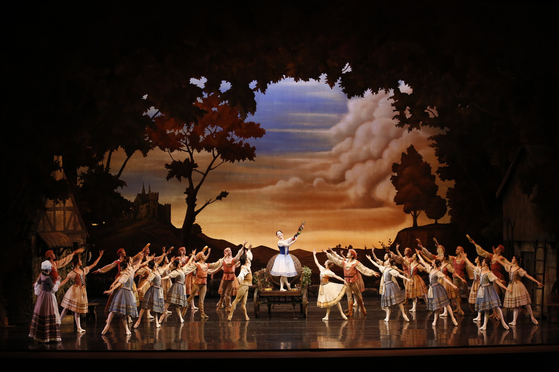 Universal Ballet Company stages ″Giselle″ at the Seoul Arts Center in southern Seoul from Oct. 29 to 31. [UNIVERSAL BALLET COMPANY]