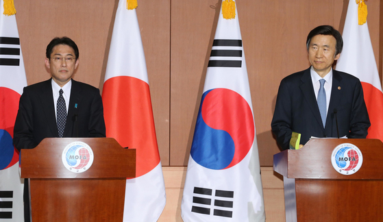 Former Japanese Foreign Minister Fumio Kishida, left, holds a press conference after meeting with his counterpart Yun Byung-se to address the wartime sexual slavery issue in 2015. Kishida was elected prime minister in Japan last week.  [SHIN IN-SEOP]