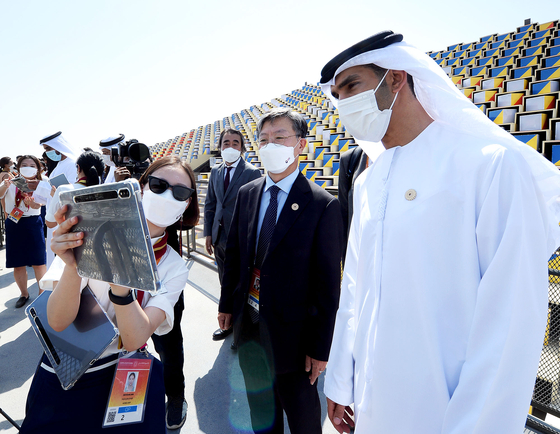 Yu Jeoung-yeol, center, commissioner general of the Korea Pavilion and president and CEO of Kotra, and Thani Al Zeyoudi, minister of State for Foreign Trade of the United Arab Emirates, experience artificial reality technology during a tour of the Korea Pavilion on Oct. 1. [KOREA TRADE-INVESTMENT PROMOTION AGENCY]