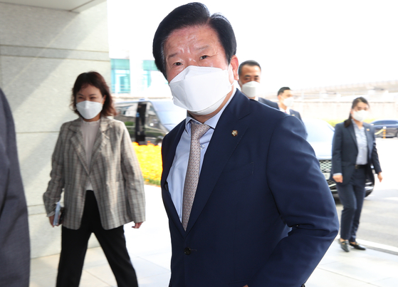 National Assembly Speaker Park Byeong-seug arrives at Incheon International Airport on Tuesday for his departure to attend the 7th G-20 Parliamentary Speakers Summit and the Pre-COP26 Summit in Italy. [YONHAP]