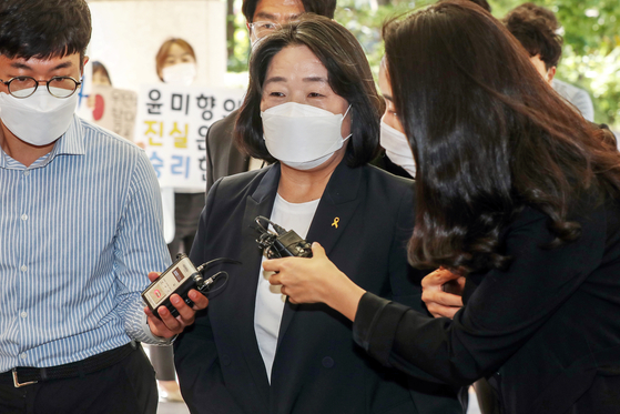 Independent Rep. Yoon Mee-hyang, accused of misappropriation of donations meant for Japanese wartime sexual slavery victims, speaks to reporters after a hearing at the Seoul Western District Court in Mapo District, western Seoul, on Sept. 19. [NEWS1]