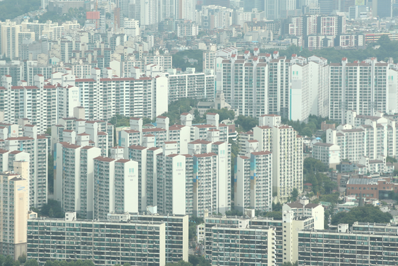 An apartment complex in downtown Seoul viewed from the 63 Square skyscraper in Yeouido, western Seoul, on Aug. 22. [YONHAP]
