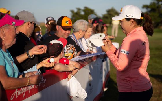 박인비가 4일 뉴저지주 갤러웨이 씨뷰에서 열린 숍라이트 LPGA 클래식 2라운드를 마친 뒤 팬들의 사인을 받고 있다. [EPA/YONHAP]