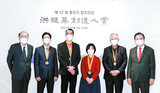Recipients of the 12th Yumin Awards held Wednesday at the HSBC building in central Seoul. From left: Lee Hong-koo, chairman of the board of the Yumin Cultural Foundation; Kim Soo-jong, Innospace CEO; Kim Bo-ram, artistic director of Ambiguous Dance Company; Lee Soo-inn, Enuma CEO; Song Seung-whan, executive creative director of PMC Production; and Hong Seok-hyun, JoongAng Holdings chairman. [WOO SANG-JO]
