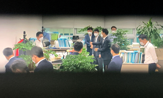 Investigators from the state anti-corruption investigation watchdog raid the office of People Power Party lawmaker Jeong Jeom-sig in Yeouido, western Seoul, on Wednesday morning. [JOINT PRESS CORPS]
