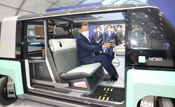 President Moon Jae-in checks out a concept car called M. Vision 2GO that runs on Hyundai Mobis' fuel cell system after attending the groundbreaking ceremony for a new fuel cell plant in Incheon on Thursday. [YONHAP]