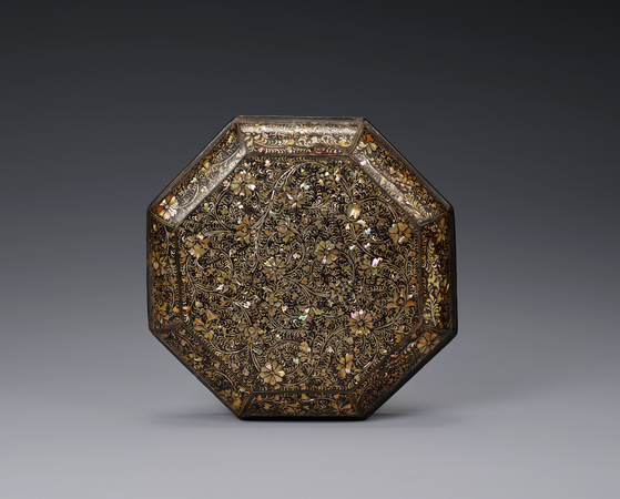 Among the new exhibits in the permanent collection galleries for old Korean art is ″Box Inlaid with Mother-of-pearl″ from the 14th or 15th century. The box shows well the characteristics of the lacquerware inlaid with mother-of-pearl from the Goryeo Dynasty (918-1392), which is celebrated for its exquisite beauty. The box is the only remaining octagonal container of its kind. [LEEUM MUSEUM OF ART]