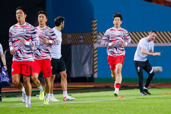 Members of the Korean national football team, including captain Son Heung-min, right, warm up ahead of a 2022 Qatar World Cup qualifier against Syria at Ansan Wa Stadium in Ansan, Gyeonggi on Thursday. [NEWS1]