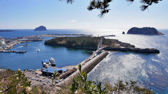 The Hayoung Olle trail in Seogwipo, Jeju, offers both urban and natural scenes from the town located by the sea. [KOREA TOURISM ORGANIZATION]