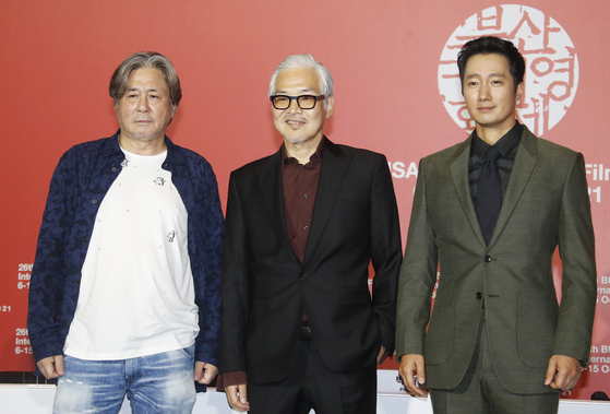 """From left, Actor Choi Min-sik, director Im Sang-soo and actor Park Hae-il pose for photos at a press event after the screening of Im's latest feature """"Heaven: To the Land of Happiness"""" in Busan Cinema Center Wednesday. [NEWS1]"""