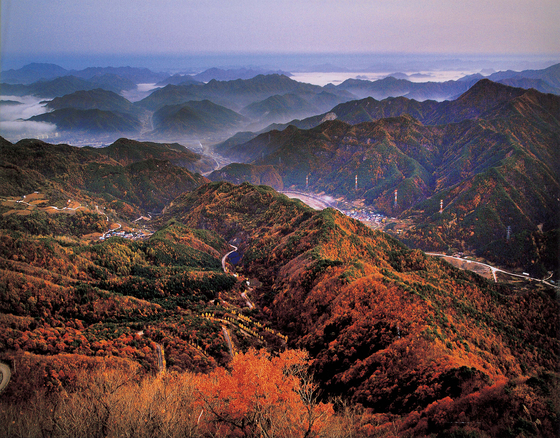 North Jeolla's Mount Jeoksang offers views from mountains bursting with fall colors. [KOREA TOURISM ORGANIZATION]