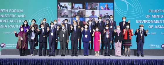 Former UN Secretary General Ban Ki-moon, Korean Environment Minister Han Jeoung-ae, her counterparts from the Asia-Pacific region, and other officials pose for a commemorative photo at the Fourth Forum of Ministers and Environment Authorities of Asia Pacific held in Suwon, Gyeonggi, Thursday. [ENVIRONMENT MINISTRY]