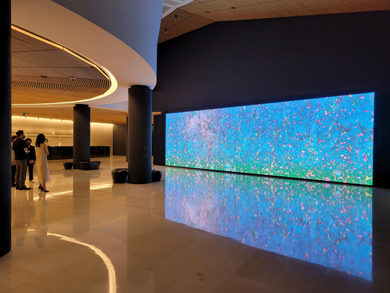 The renovated lobby of Leeum has a 11.3-meter (37-foot)-wide, 50-million-pixel media wall. It now shows American artist Jennifer Steinkamp's colorful media art piece. [MOON SO-YOUNG]