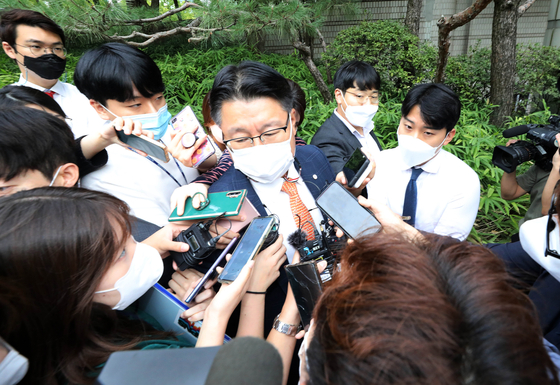 Reporters flock around the attorney of Yoo Dong-gyu, a key suspect in a land development scandal in Seongnam, Gyeonggi, who was questioned at the Seoul Central District Court in Seocho District, southern Seoul, Sunday. [NEWS1]