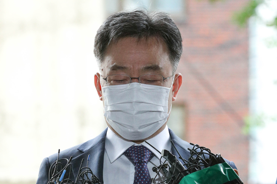 Kim Man-bae, owner of Hwacheon Daeyu - a company suspected of receiving political favors and reaping outsized profits from a development project in Seongnam, Gyeonggi through an alleged connection with Gyeonggi Governor Lee Jae-myung -- reports to the Yongsan Police Precinct in central Seoul for questioning on Monday. [NEWS1]