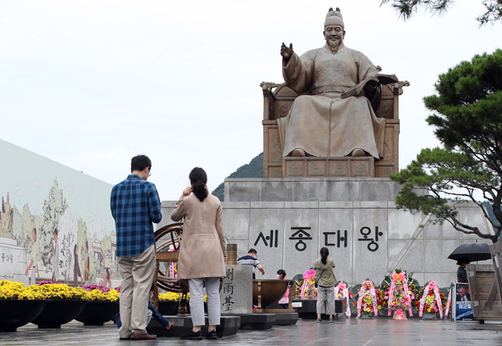 People gather in front of the statue of King Sejong at Gwanghwamun Square in central Seoul to mark the 575th Hangul Day on Saturday, during a long weekend which runs through Monday. King Sejong (1397-1450) created the Korean letter system known as hangul during the final eight years of his life. [NEWS1]