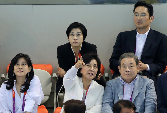 Late Samsung chairman Lee Kun-hee, bottom right, watches the 2012 London Olympics men's 400-meter swimming games with his family members on July 29, 2012 in London. From bottom left to top right is Lee Boo-jin, Hong Ra-hee, Lee Seo-hyun and Lee Jae-yong. [YONHAP]