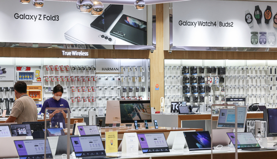 A Samsung Electronic store in Seocho-dong, Seoul, on Friday. Samsung Electronics is most likely to be one of the Korean companies that will face additional taxes under the OECD-led global digital tax, which will be applied from 2023.