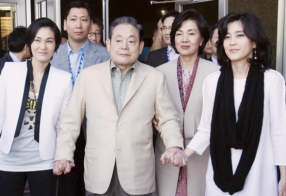 Late Samsung chairman Lee Kun-hee walks out of the Las Vegas Convention Center in January 2012 after taking part in the Consumer Electronics Show 2012 with his members; wife Hong Ra-hee (right), daughters Lee Boo-jin (far right) and Lee Seo-hyun (left) and son Lee Jae-yong at the back. [JOONGANG PHOTO]