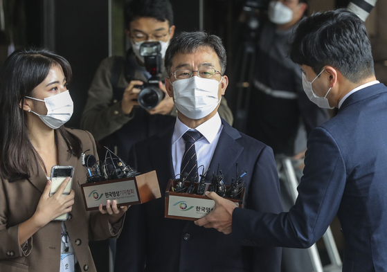 Kim Man-bae, either the owner or a major shareholder of Hwacheon Daeyu, arrives at the Seoul Central District Prosecutors' Office in Seocho District, southern Seoul on Monday morning for questioning as a suspect in the Daejang-dong development scandal. [KIM SEONG-RYONG]